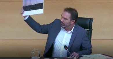 El procurador Luis Fernández Bayón pregunta al delegado de la Junta en Valladolid, Augusto Cobos, en la comparecencia a solicitud del Grupo Parlamentario Socialista, para informar a la Comisión sobre las actuaciones realizadas en su centro directivo en relación con el COVID-19 y los efectos de la pandemia.